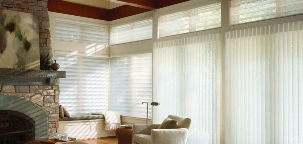 Moderno de persiana Silhouette na cor branca instalada em sala com lareira e móveis e outros objetos em tons pastéis
